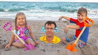 ديانا وروما يلعبان مع بابا على الشاطيء