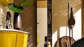 Яркая желтая ванная комната с контрастным декором
