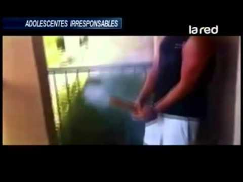 adolescentes-irresponsables:-prenden-fuegos-artificiales-entre-las-piernas