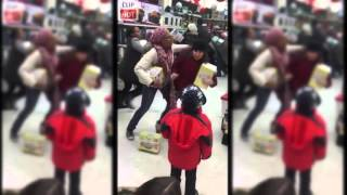 2015 Black Friday - Woman steals from a kid - Crazy | Clip HOT
