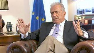 Ο Έλληνας Επίτροπος στην ΕΕ Δ. Αβραμόπουλος εφ' όλης της ύλης στο euronews