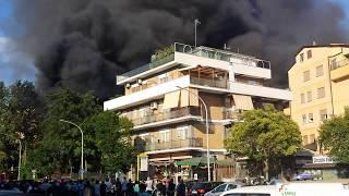 Roma, incendio in uno sfascio