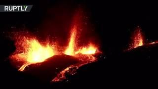 Вулкан Питон-де-ла-Фурнез начал извергаться на острове Реюньон