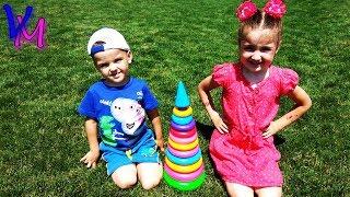 Детки играют на полянке с игрушками