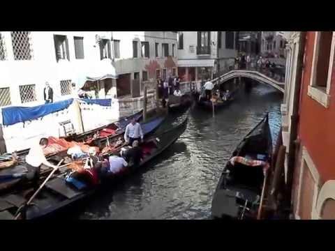 GONDOLERO CANTANDO EN CANAL DE VENECIA - ITALIA - 23'09'2014