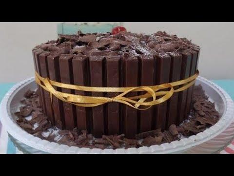 Bolo Kit Kat - Confeitado com raspas de chocolate.