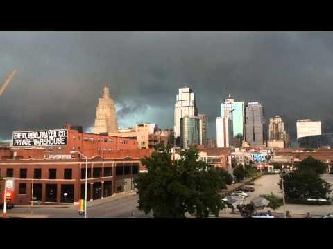 Strong storms move in to Kansas City