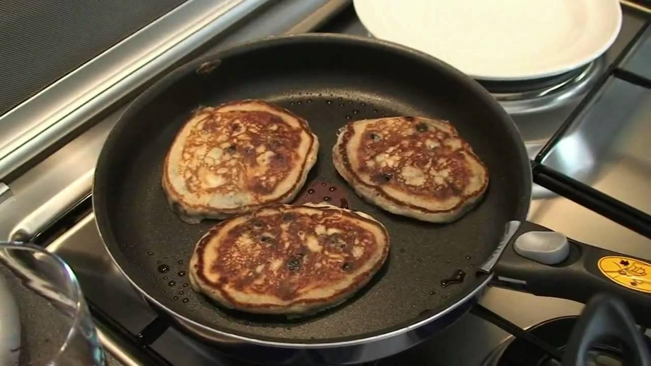 Recette Des Pancakes Aux Fruits Rouges Par Herve Cuisine Youtube