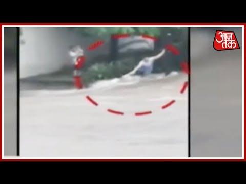 Mexico में आई बाढ़ में रोजाना बह रहे लोग और गाड़ियां !