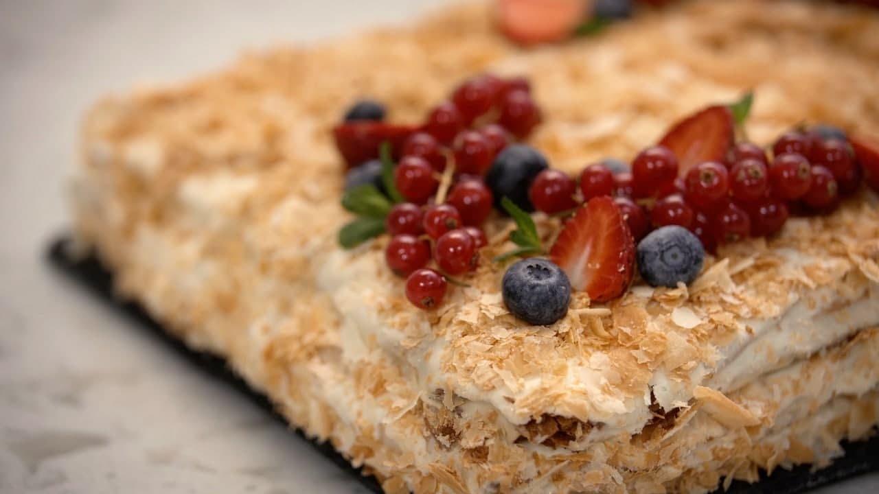 ПОТРЯСАЮЩИЙ торт НАПОЛЕОН!😋🍰 ДОМАШНЕЕ СЛОЕНОЕ тесто и ЗАВАРНОЙ крем БЕЗ ЯИЦ😃 от Лизы Глинской👌