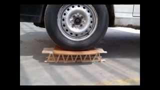 Puente de palitos de helado soporta el peso de un Camion