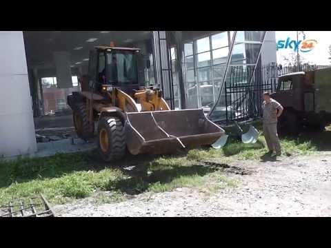 В Барнауле снесли действующий автосалон