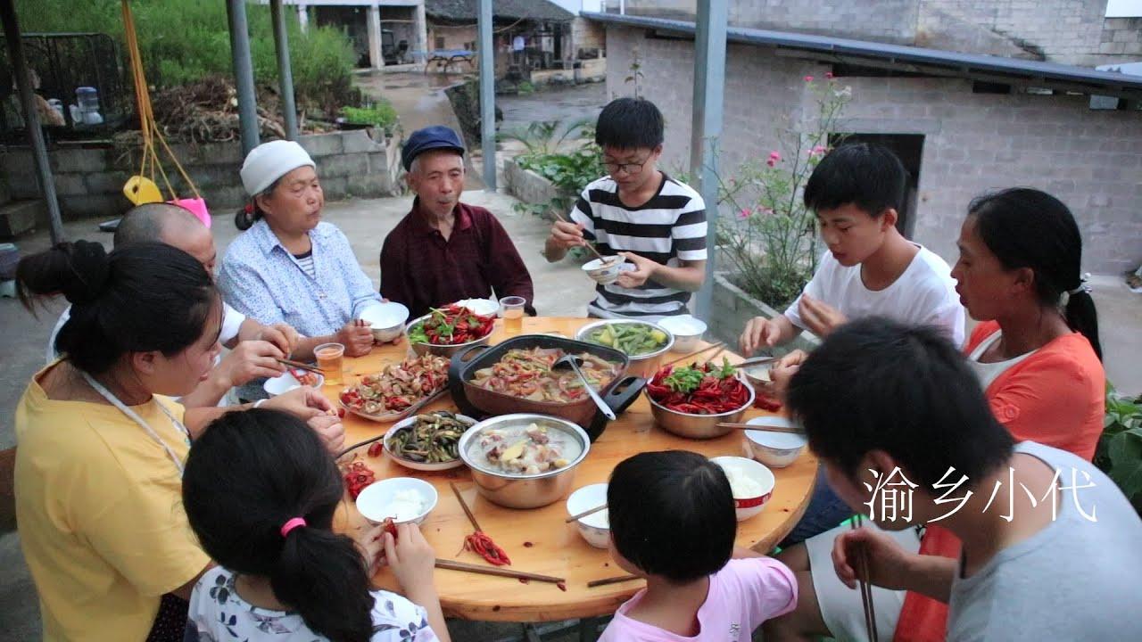 舅舅來家作客,媳婦煮乾鍋雞雜麻辣小龍蝦招待,人多吃飯就是香