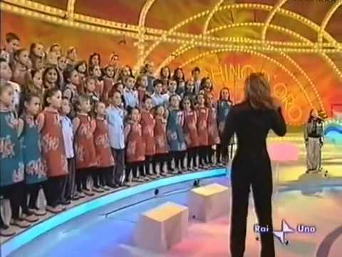 Cô bé Việt gây sốt khi hát -Chú ếch con- trên truyền hình Ý(www.ellytran.net ).flv