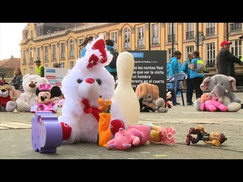 """Toys and stuffed animals """"protested"""" against child abuse in downtown Bogota"""
