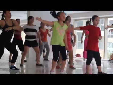 Cô bé nhảy Zumba cực sung cực dễ thương