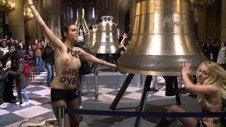 Nackte Frauen feiern Papst-Rücktritt in Notre-Dame