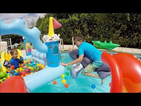 Piscine remplie de jeux gonflables g ants requin hom for Attaque de crocodile dans une piscine