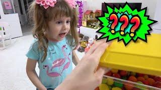 Ева собирается играть со сладостями