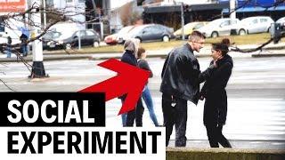 Poludjeli dečko udario i zlostavljao curu na ulici | Social experiment