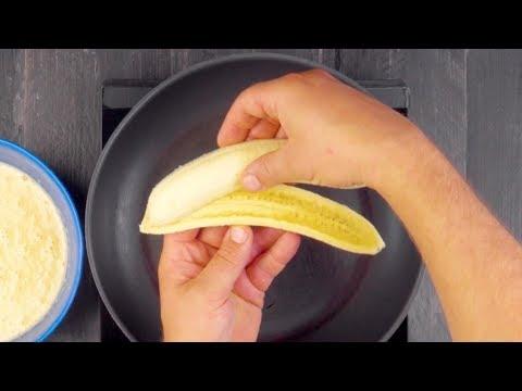 Кладем фрукты на сковороду и заливаем тестом. Эти блины - просто чудо!