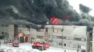 Густой черный дым валит от горящего завода в Шахтах
