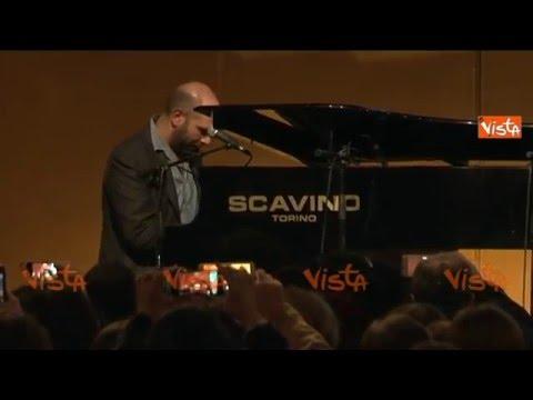 Zalone improvvisa una canzone al pianoforte al Salone del Libro di Torino