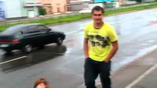 Бухая шалава сидит на дороге