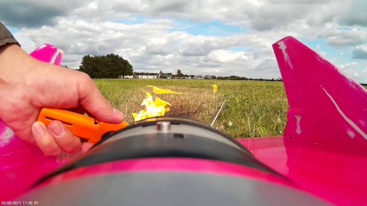 Video: German pilot builds jet-powered model RC plane that
