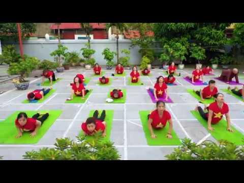 Tập Yoga ngoài trời tại Chùa Vua – Hương Anh Fitness & Yoga