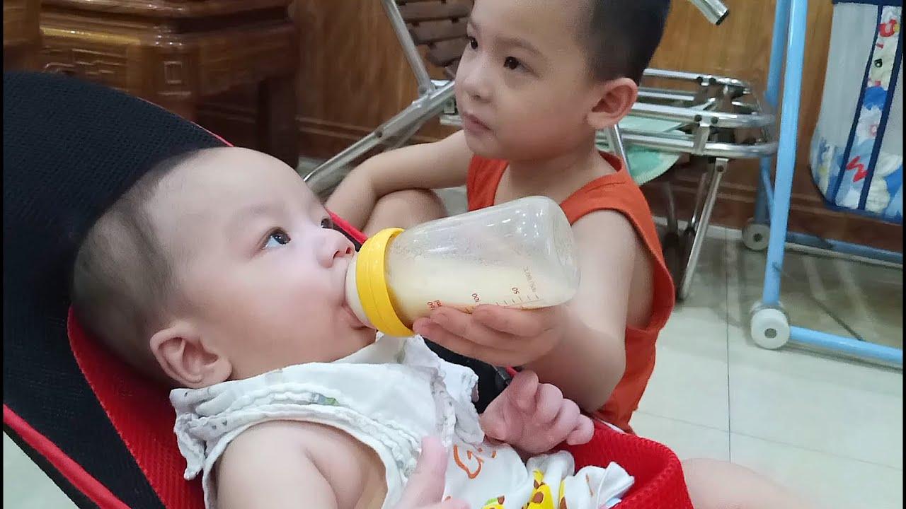 Nước cơm (nước cháo đậu xanh) pha sữa cho bé ăn dặm - Bé Quang 6m - YouTube