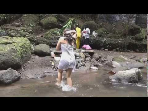 mandi di sungai pakai kemben hot