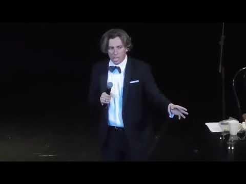 Максим Галкин шутит про политику, цензуру и федеральное ТВ на концерте в Новосибирске