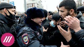 Десятки мусульман вышли к посольству Франции в Москве // Здесь и сейчас