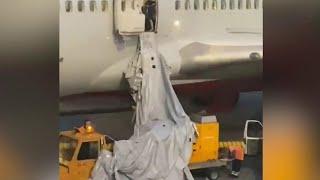 В Шереметьеве перед вылетом в Турцию пассажир самолета открыл люк аварийного выхода