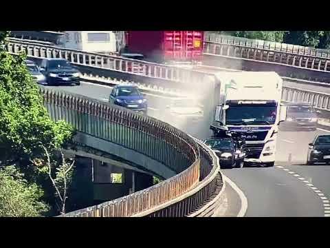 Grozljivka Na Primorki: Tovornjak Z Vso Silo V Avto