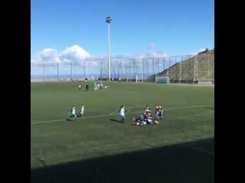 Los niños de los dos equipos terminan festejando un golazo