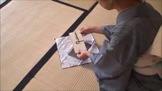 美しい立ち居振る舞い・・・台付き袱紗の扱い方 thumbnail