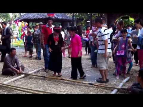 Traditional Vietnamese bamboo dance [Cupid với Ba nhảy sạp]