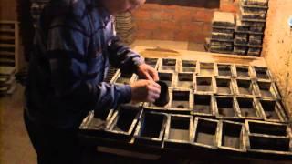 Тротуарная плитка своими руками. Заливаем первый слой (цветной).(Мы приготовили цветной замес. Сделали коричневые вкрапления и можем заливать первый слой нашей плитки...., 2015-02-26T15:02:29.000Z)
