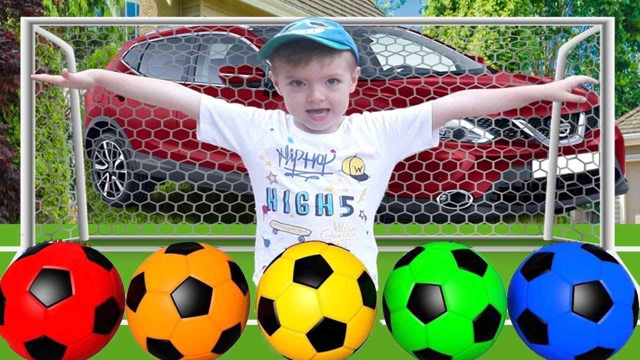 متعة اللعب مع كرات كرة القدم فيديو للأطفال | تعلم الألوان