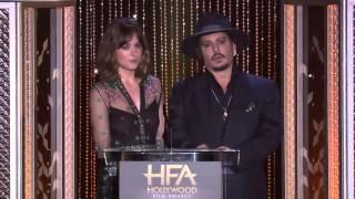 Dakota Johnson y Johnny Depp presentando los Hollywood Film Awards