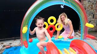 Надуваем детский игровой бассейн с горкой и купаемся вместе с Мией!