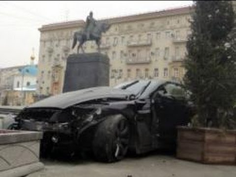 ДТП.NISSAN GT-R влетел в памятник Долгорукому сбив 2 рабочих
