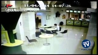 Repeat youtube video Barletta: Carabinieri e criminali faccia a faccia e armi in pugno durante una rapina