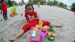 ❤ Permainan anak anak  ❤ Anak perempuan bermain pasir 😍 Masak Masakan di Lapangan Voli Pantai