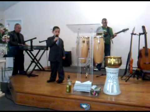 Hermanito Victor Manuel cantando en servicio de Iglesia El Shaddai Houston,Tx