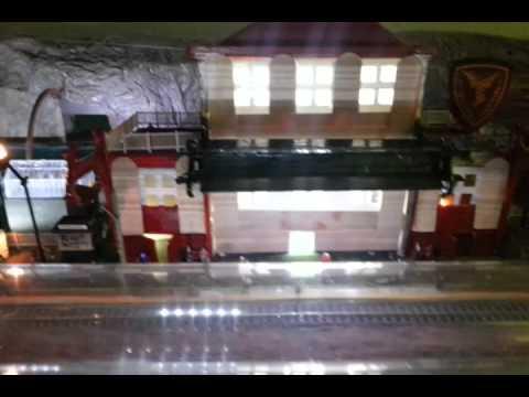 Plastico artigianale stazione ferroviaria - treno ricreato a mano