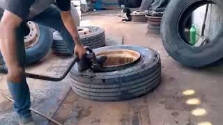 De boa na borracharia. Desmontagem e montagem de pneu de caminhão.