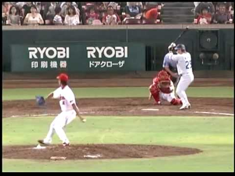 Catch Of The Year??? Hiroshima Carp's Masato Akamatsu Climbs Wall To Make Great Catch!! (HD)